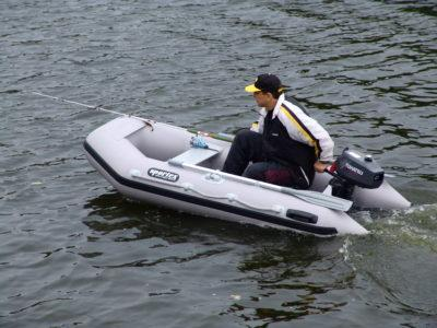 Одноместная моторная лодка